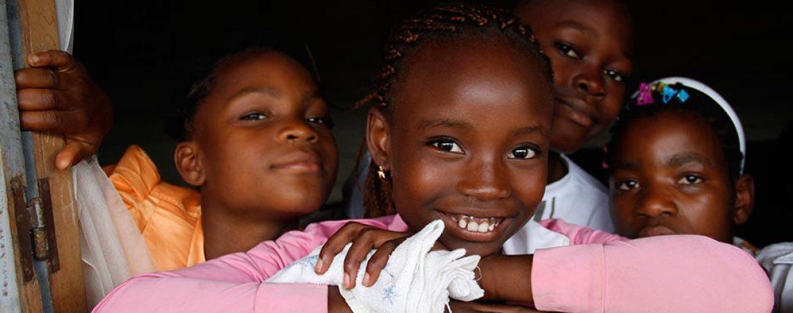 Richelle et ses amis dans le village de Mbouroukou