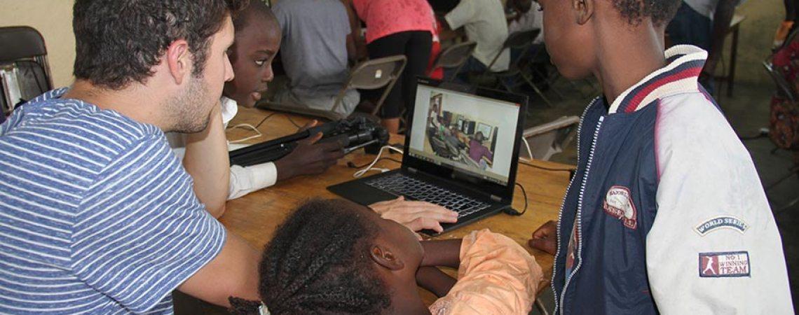 Jérôme Harisson de projet PC2 entouré d'enfants au centre de savoir
