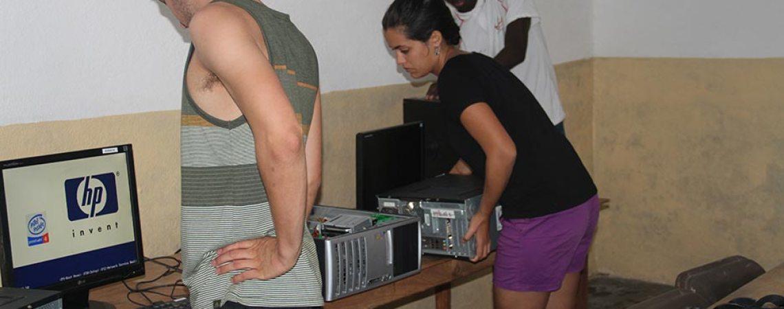 Réparation des ordinateurs du centre de savoir par les stagiaires de Projet PC2
