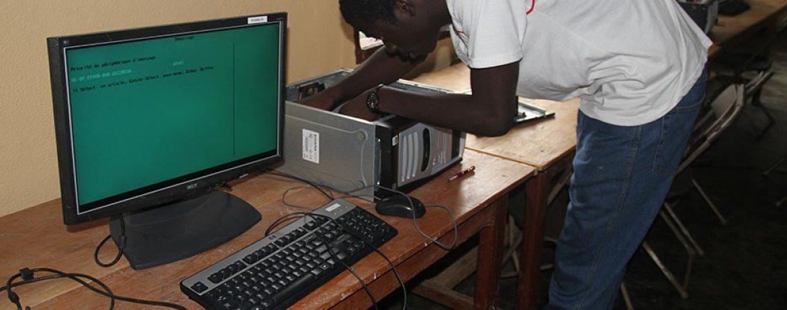 Réparation d'ordinateur au centre de savoir du Manengouba