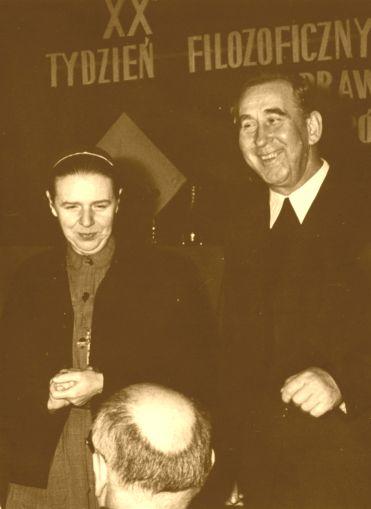 XX Tydzień Filozoficzny: s. Zofia J. Zdybicka i o. Mieczysław A. Krąpiec. Odwrócony tyłem ks. Stanisław Kamiński (1968 r.) [foto. R. Kieraciński].