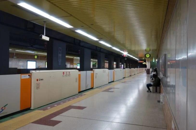 地下鉄駅のホーム