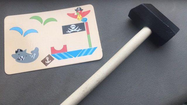 Inspiration Montessori: Le jeu des clous pour motricité fine