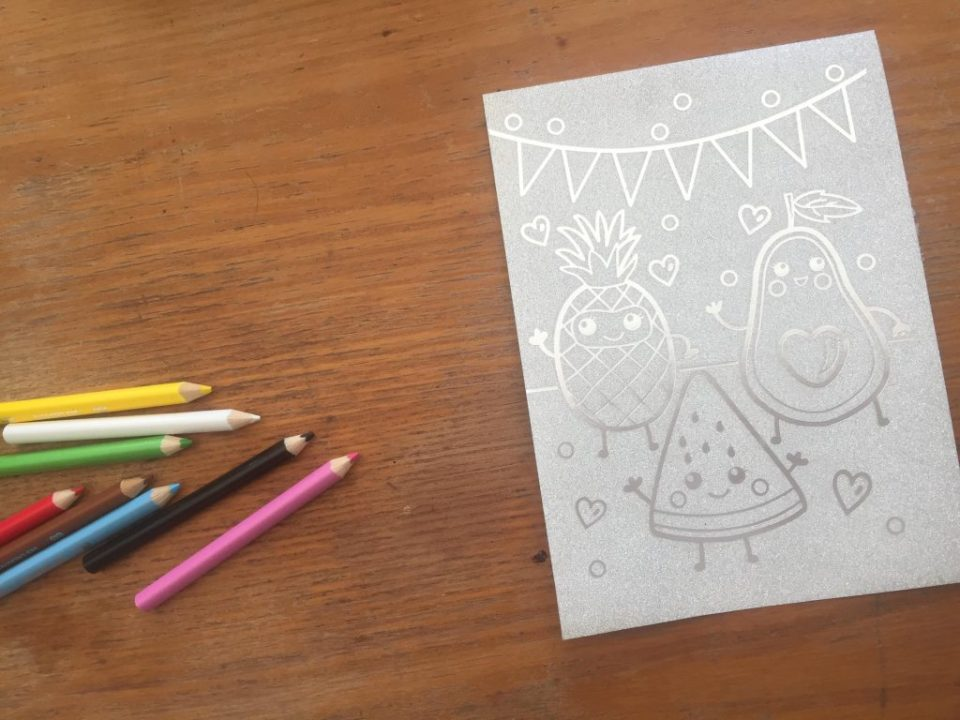 Motricité fine: les cartes pailletées à colorier de SES créatives.