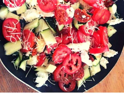 Poêlée estivale de courgettes, tomates, chorizo et chèvre.