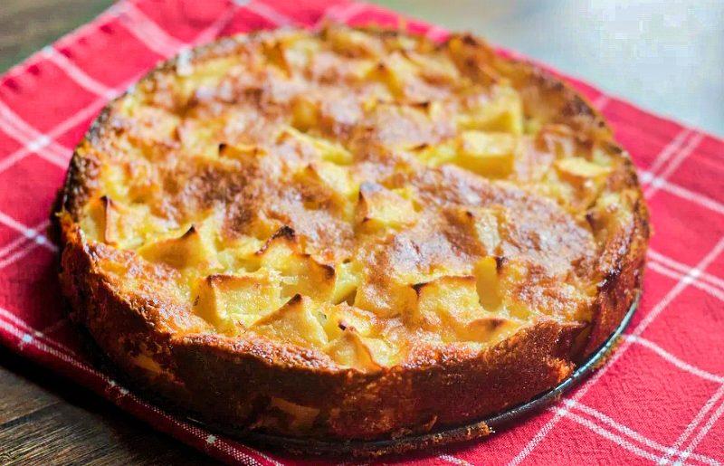 Recette rapide et facile du gâteau aux pommes sans beurre ni huile.