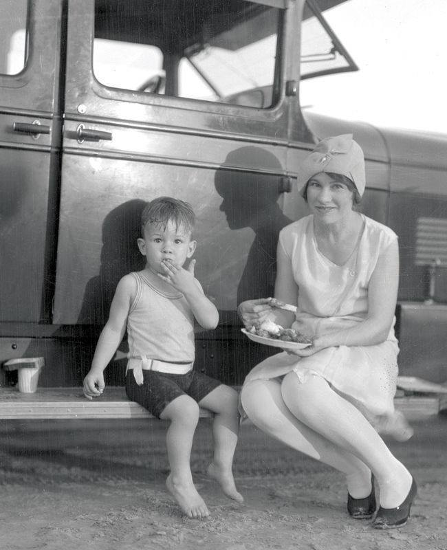 Lunch on the running boards. Texas, 1929.