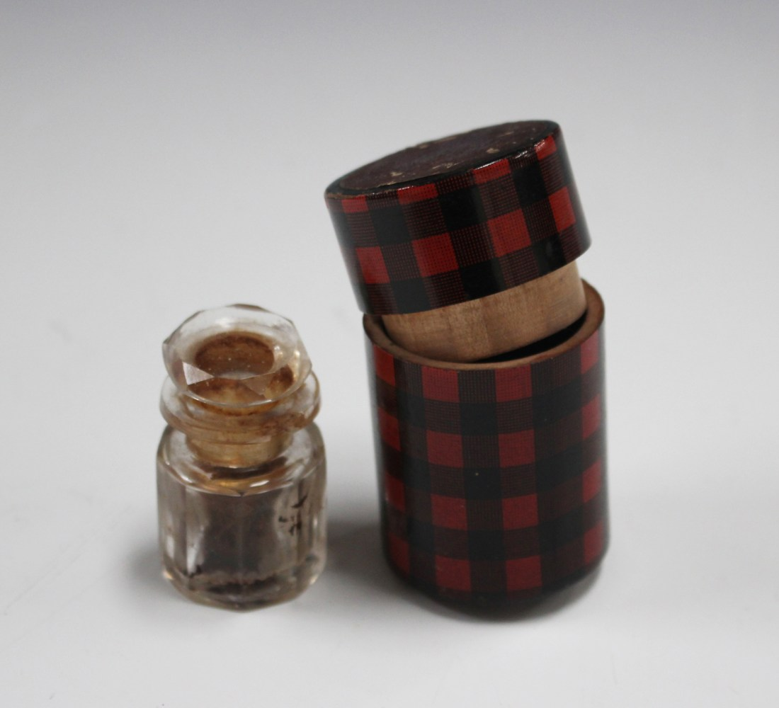 "Vinaigrette case in a ""Rob-Roy"" design tartan, the interior with a glass bottle and stopper."