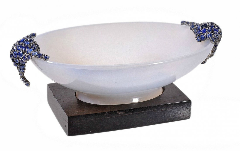 Agate bowl with crab-like clustered sapphire handles on a wooden plinth.