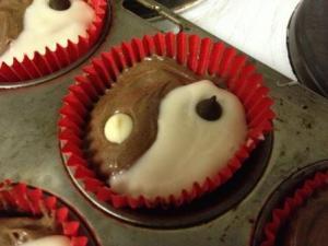 Yin yang cupcake iced solo web
