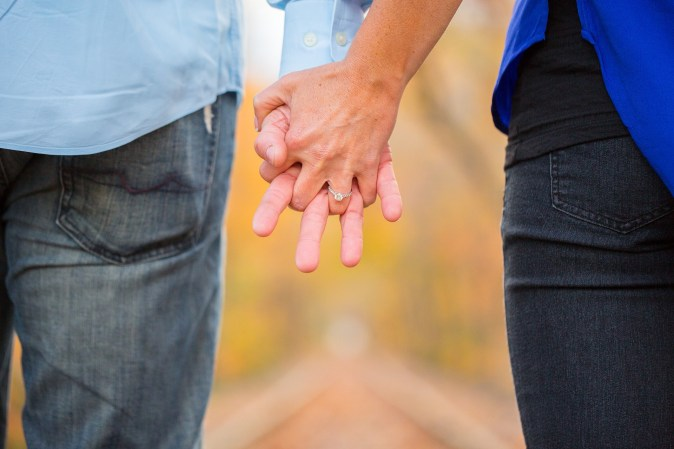holding-hands-2180640_1920