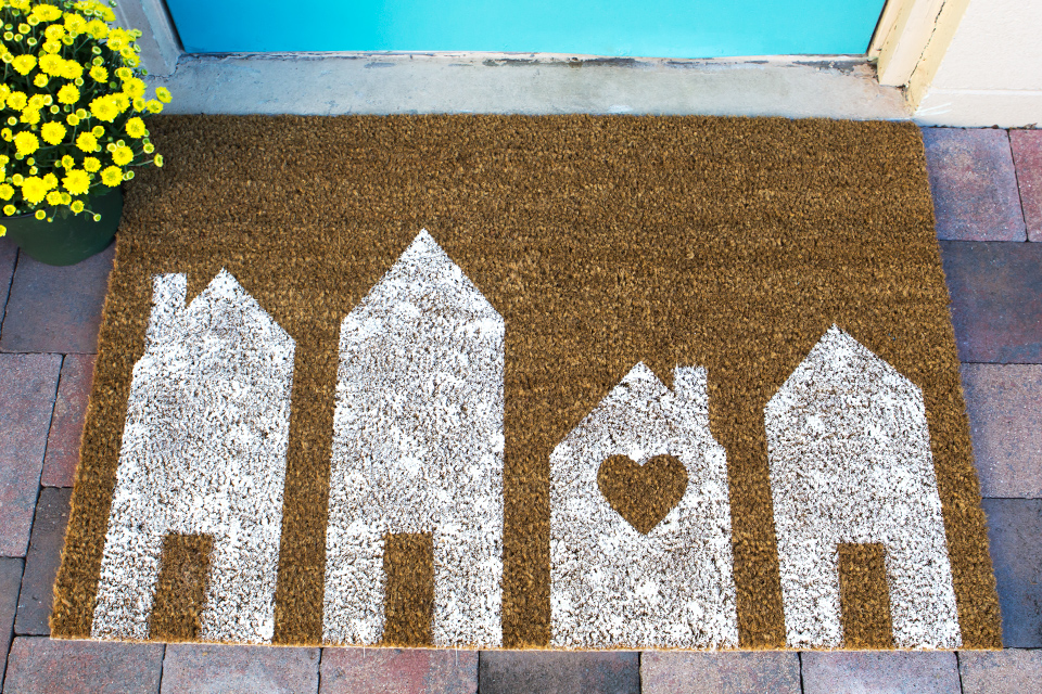Loving the white row houses on this DIY painted doormat.
