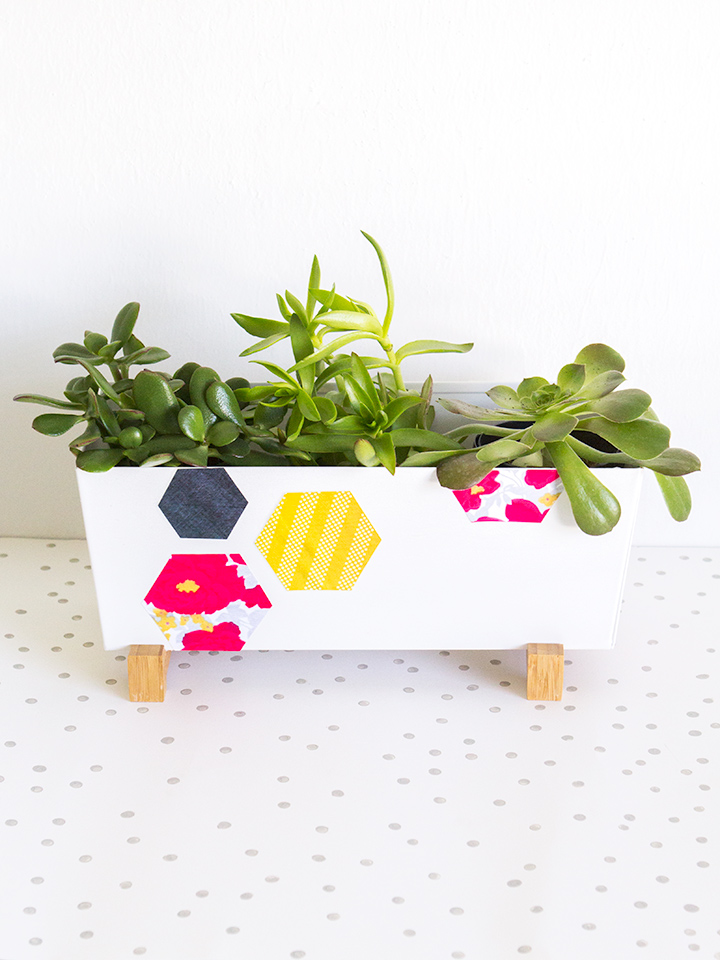 Create this colorful geometric planter with this free printable and some Mod Podge! Click through to see how it was created with the Sprout by HP.