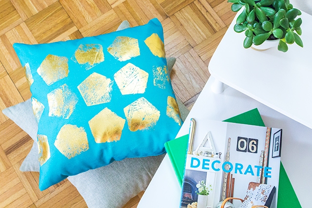 Love this DIY gold foil throw pillow! Such a cute and easy way to dress up a pillow you already have.