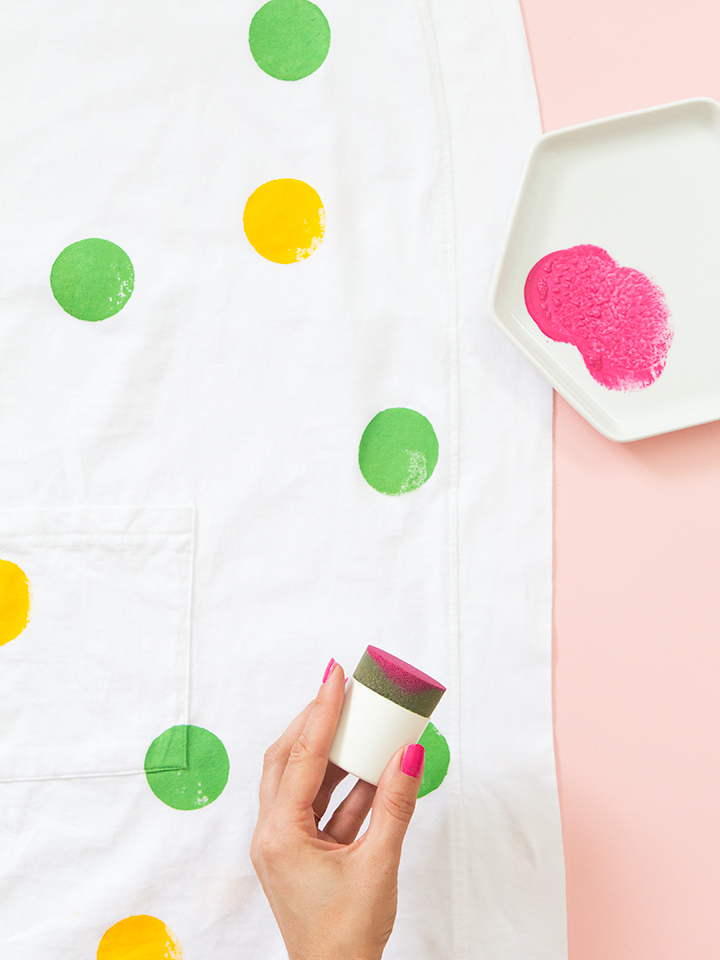 Loving the pop of color added to this bathrobe! Click through for tutorial.