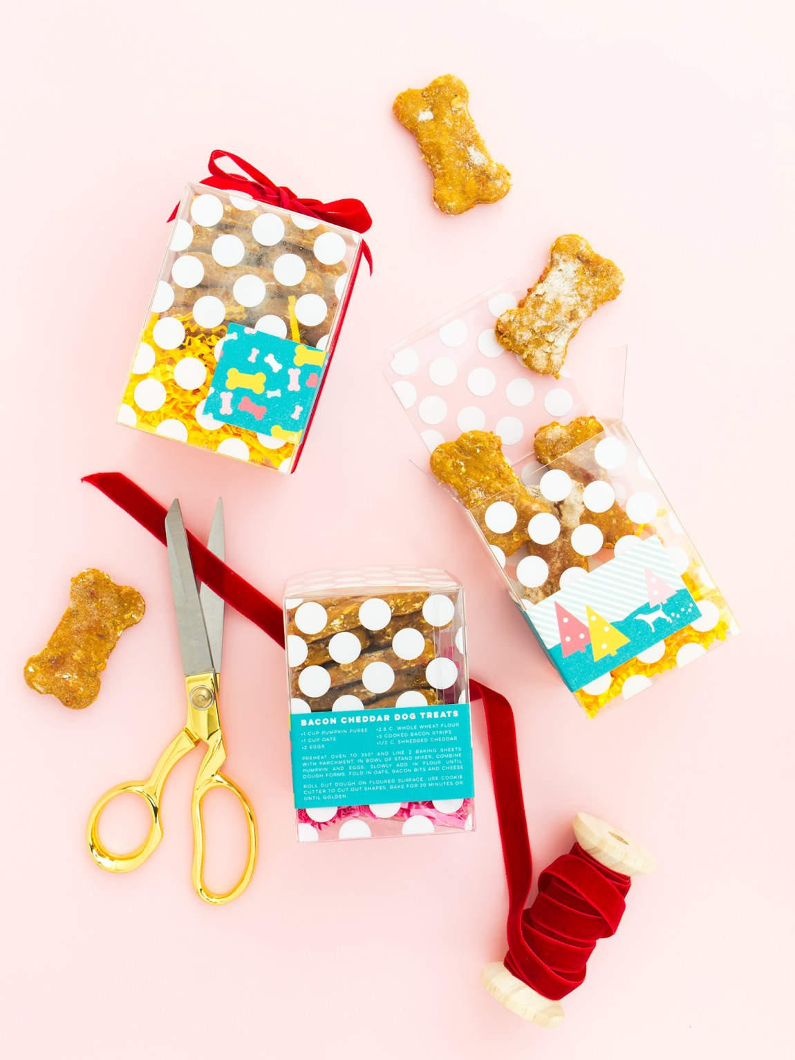 Bake a batch of homemade bacon cheddar dog treats for your favorite pup this holiday season! (Click through for recipe and to download the free printable labels and tags)