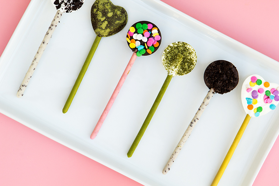 These chocolate, matcha, and cookies and cream @Pocky pops are the perfect sweet treat to pack in your lunchbox! Click through to watch how to make them!