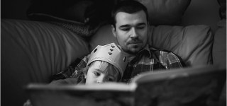 Dad reading to daughter on the couch Maine Family Photography