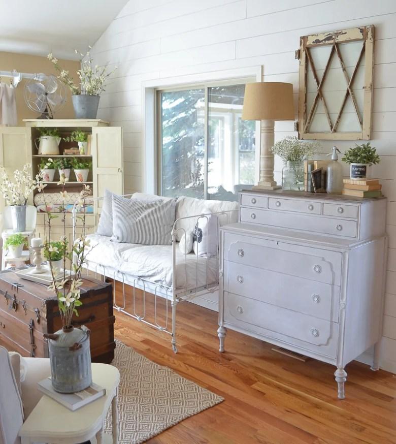 A Simple DIY Farmhouse Style Lamp. Farmhouse style living room decor.