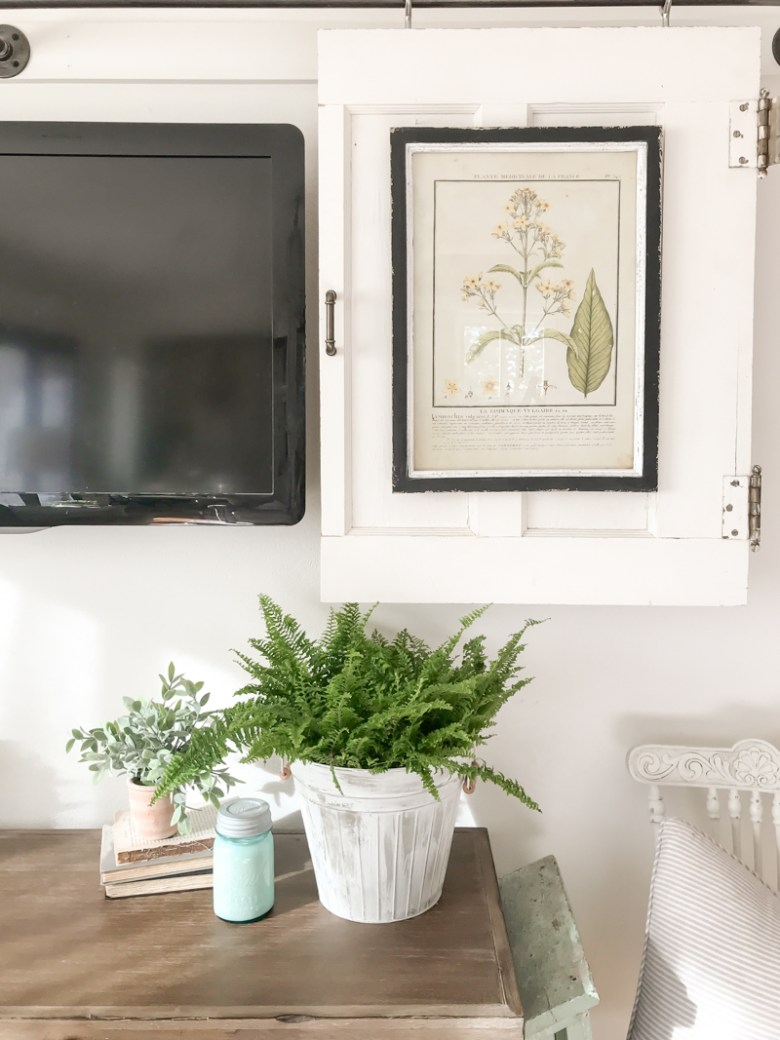 Little spring decor in the living room. A fresh and easy spring decor idea for the living room.