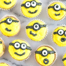 How to Make Minion Mini Cupcakes {Video Tutorial}