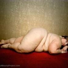 le-donne-grasse-di-yossi-loloi-sdraiata-sul-tappeto-rosso