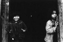 """Sorelline orfane, Rumie e Sayuri"", 1959, dalla serie ""I bambini di Chikuhō (Chikuhō no kodomotachi)"" 457 x 560 mm. (Ken Domon Museum of Photography)"