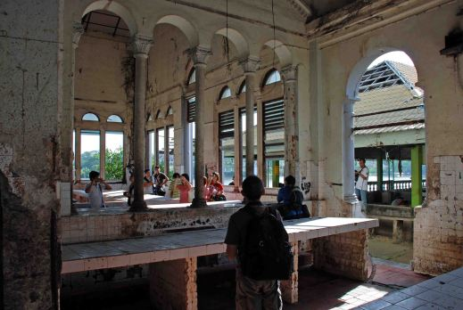 2006 view of one of the old market buildings, Gambier Street/Waterfront, Kuching, before demolition. (SHS photo)