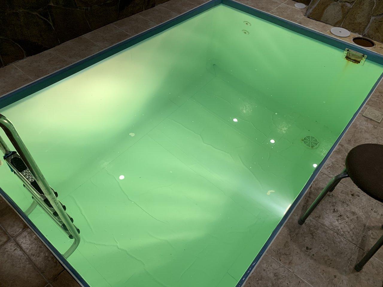 бассейн с подсветкой воды