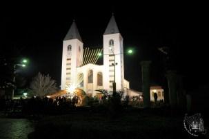 Medjugorje: veduta frontale notturna della Chiesa di San Giacomo Apostolo (2) – Foto di Sardegna Terra di Pace – Tutti i diritti riservati