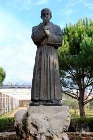 Medjugorje: villaggio della Madre Statua di padre Slavko Barbarić (2) – Foto di Sardegna Terra di Pace – Tutti i diritti riservati