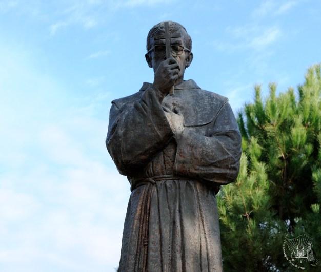"""Medjugorje: statua di padre Slavko Barbarić presso il """"Villaggio della Madre"""" (4) – Foto di Sardegna Terra di Pace – Tutti i diritti riservati"""