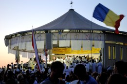 Medjugorje: inizio della Santa Messa – Foto di Sardegna Terra di Pace – Tutti i diritti riservati