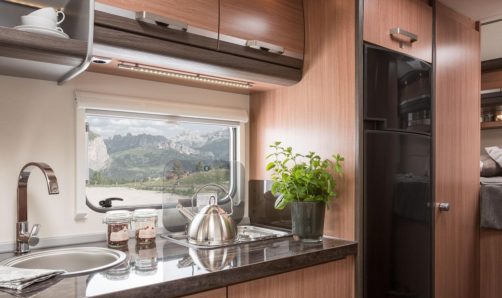 ein großer Kühlschrank mit einem separaten Gefrierfach