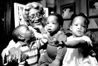 Mother Hale met enkele van haar kinderen