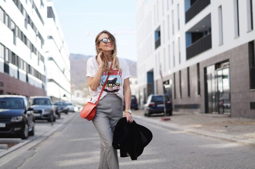 Slogan Shirt Pop of Red Outfit Fashionblogger Sariety Modeblog Heidelberg Bandshirt Karohose rote Tasche Smiling rote Lippen Streetstyle High Waist Slacks