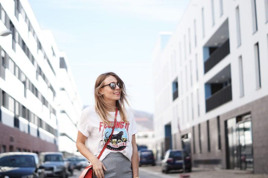 Slogan Shirt Pop of Red Outfit Fashionblogger Sariety Modeblog Heidelberg Bandshirt Karohose rote Tasche Sunshine Smiling