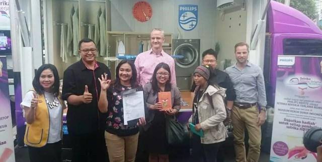 Foto Bersama Setelah Penandatanganan Rekor MURI Menyetrika Selama 200 jam