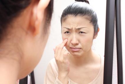 肌トラブルで悩む女性