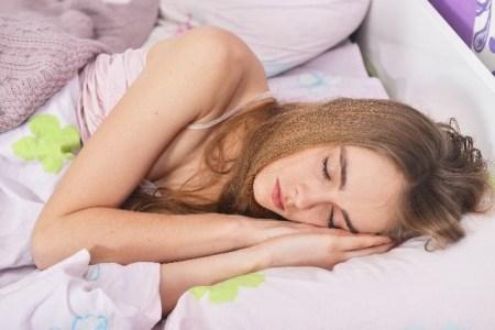 寝ている時【就寝中や夜中】に足がつる原因と対処法!
