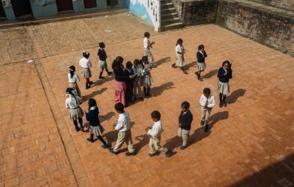 बच्चे खेलते हुए