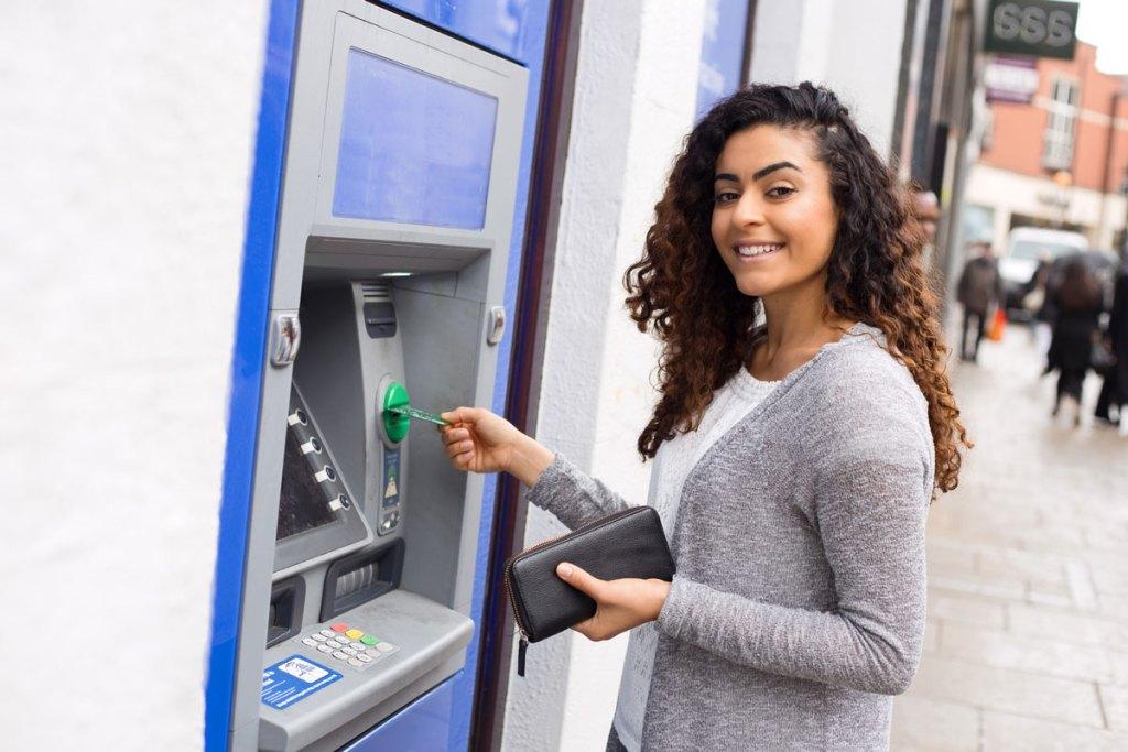 ATM Full Form और जानिए एटीएम से पैसे निकलते समय क्या सावधानिया रखनी चाहिए