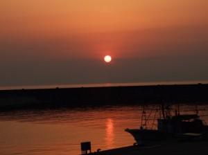 桑川港から見た夕日