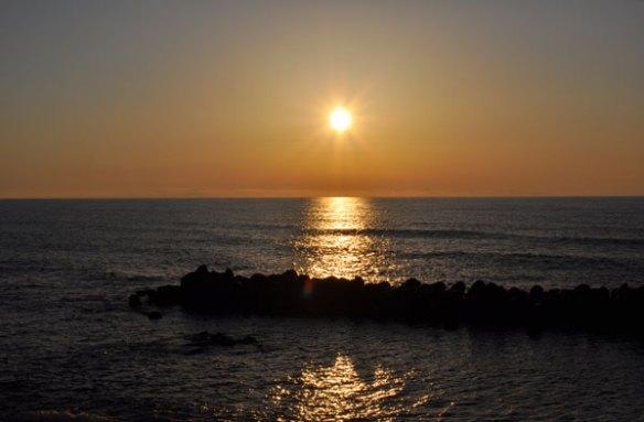 春の海、穏やかな夕日 笹川流れ