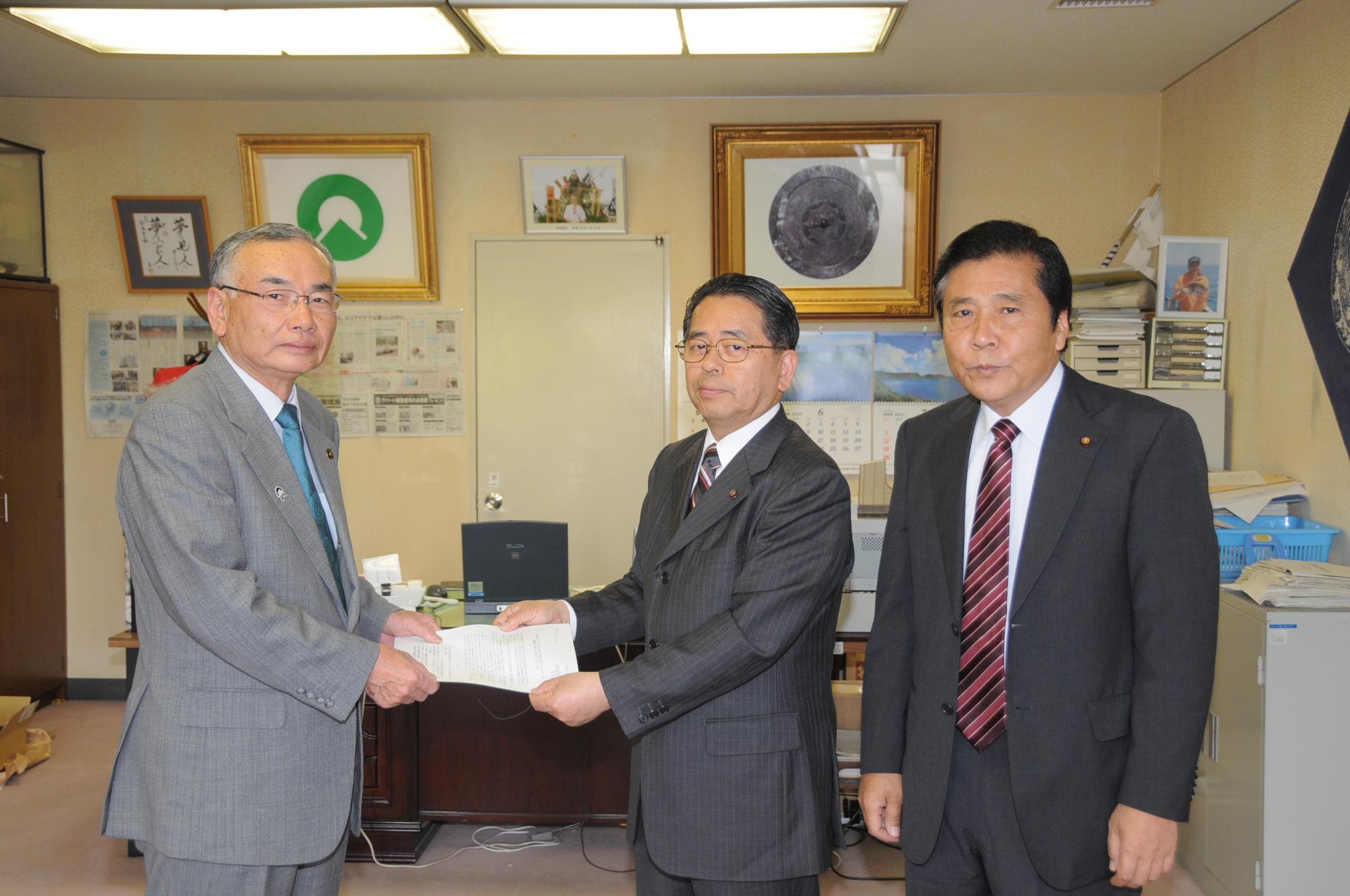 松本市長に要望書を渡す