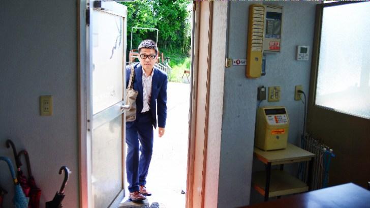事務所に入る藤村