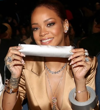 rihanna-throws-cash-at-exec2015bet-awards-but look at those nails post