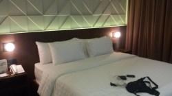 Kamar di Golden Tulip, bed cukup nyaman, ruangan agak sempit...maklum cuma superior hehehe