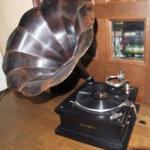 戦後のダンスホールにラッパ型蓄音機とは