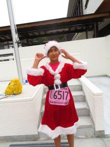 サンタさんの衣装で走る娘
